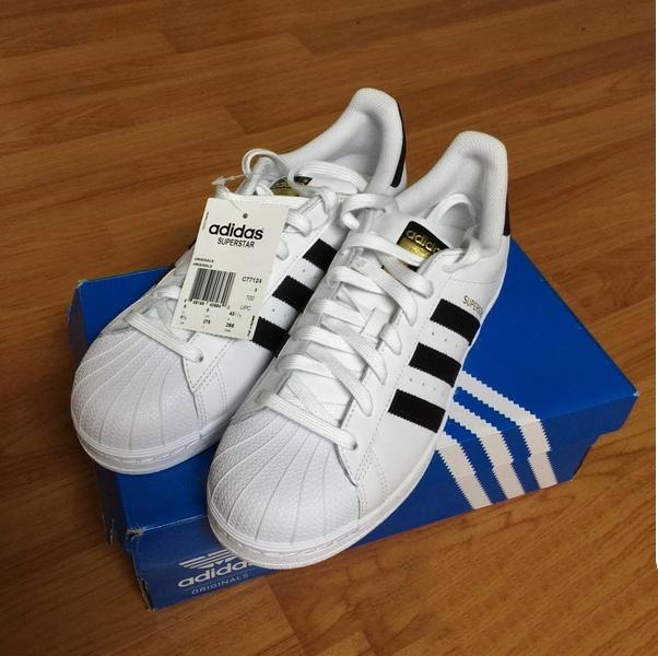 Giày Adidas chuẩn 100% có tag được gắn vào vị trí lỗ xỏ dây trên cùng nằm ở má trong của chiếc giày.