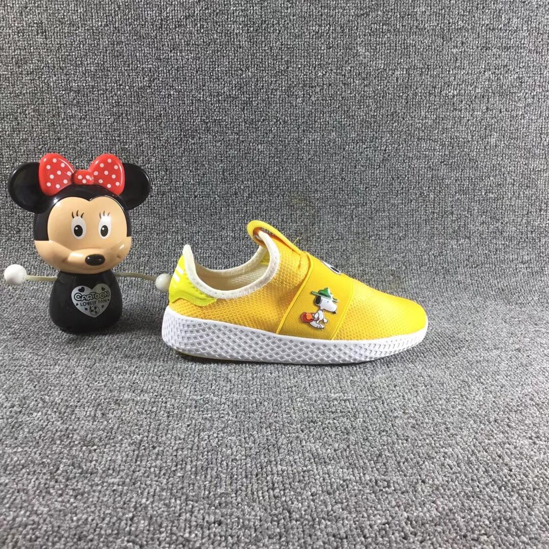 Giày trẻ em adidas màu vàng