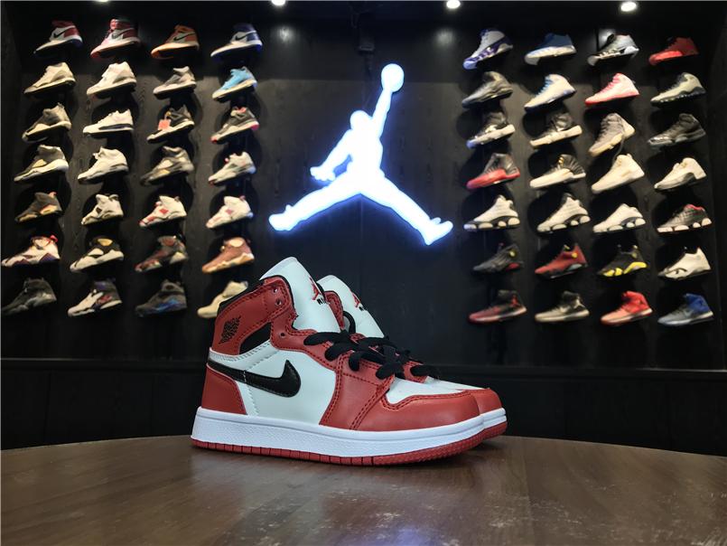 Giày Nike Jordan 1 Retro màu đỏ vạch đen