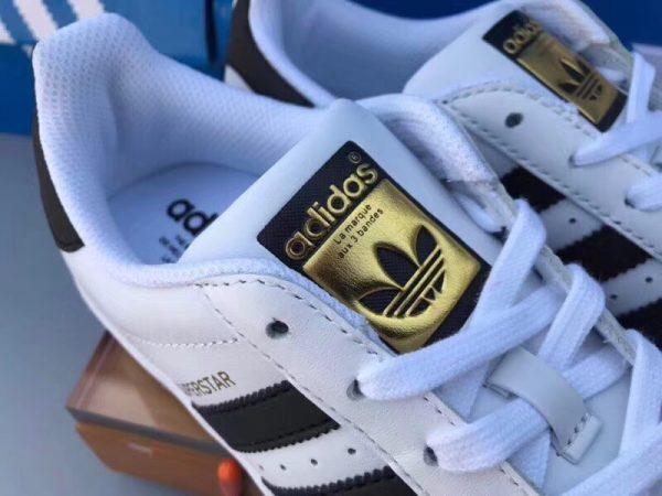 Giày Adidas Super Star trắng sọc đen tem vàng