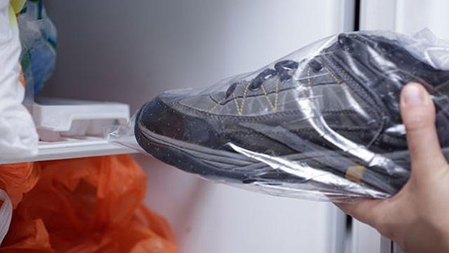 #9.Đặt giày sneaker 1 đêm trong ngăn đông tủ lạnh