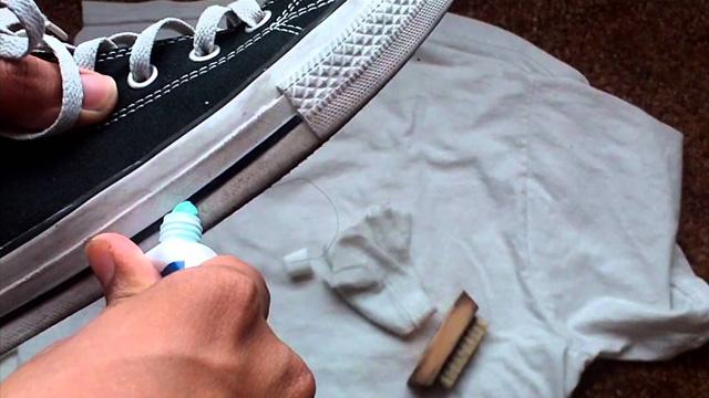 #3.Kem đánh răng giúp xóa các vết trầy trên đế giày