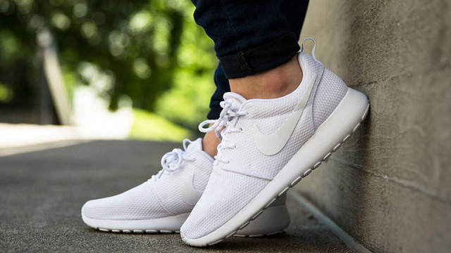 Giày sneaker trắng Nike Roshe One
