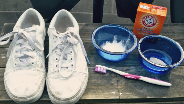 vệ sinh giày baking soda