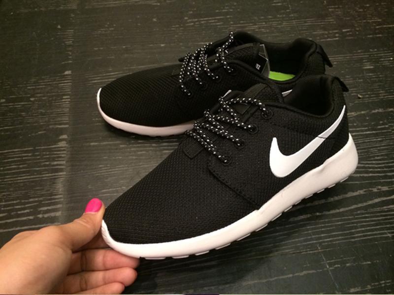 Giày nike roshe run đen đế trắng