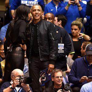 Tổng thống thứ #44 của Mỹ – Barack Obama thử một lần mang Bomber Jacket cho người ta trầm trồ