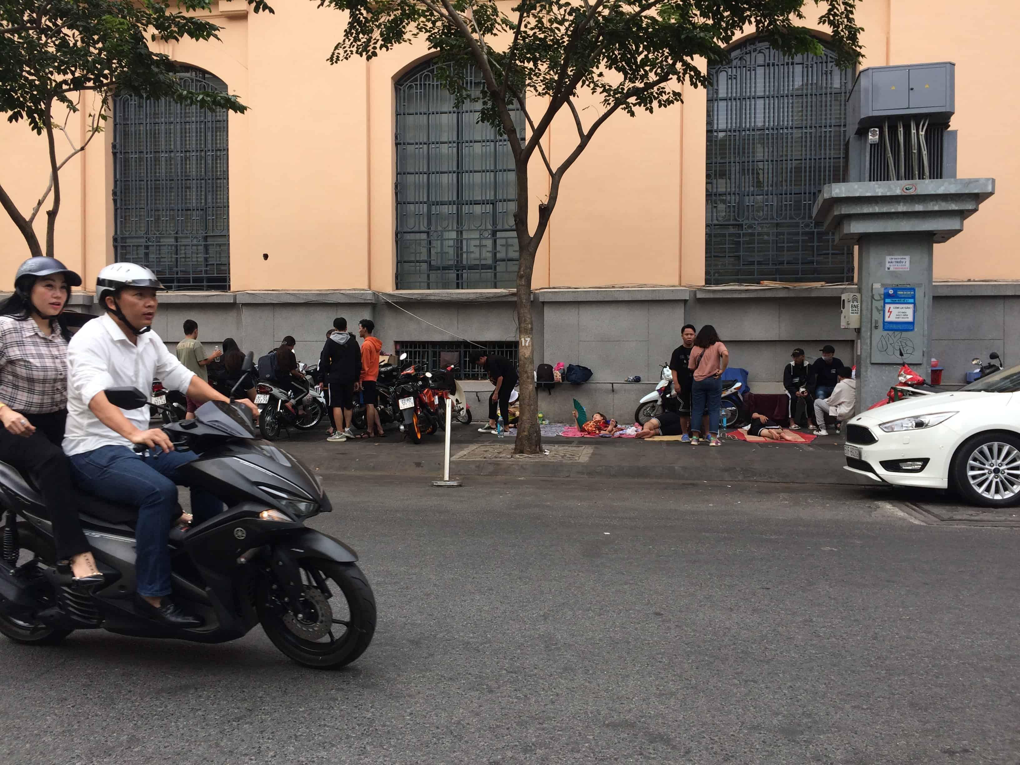 """Hơn 250 anh em hypebeast Việt Nam đã bắt đầu đứng camp Yeezy BOOST 350 V2 """"Hyperspace"""" ở Bitexco"""