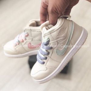 Giày trẻ em Air Jordan 1 Mid trắng sữa