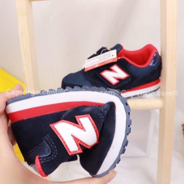 Giày trẻ em New Balance dán dính màu xanh than