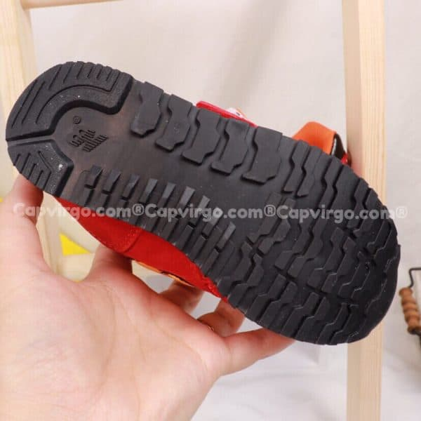 Giày trẻ em New Balance dán dính màu đỏ