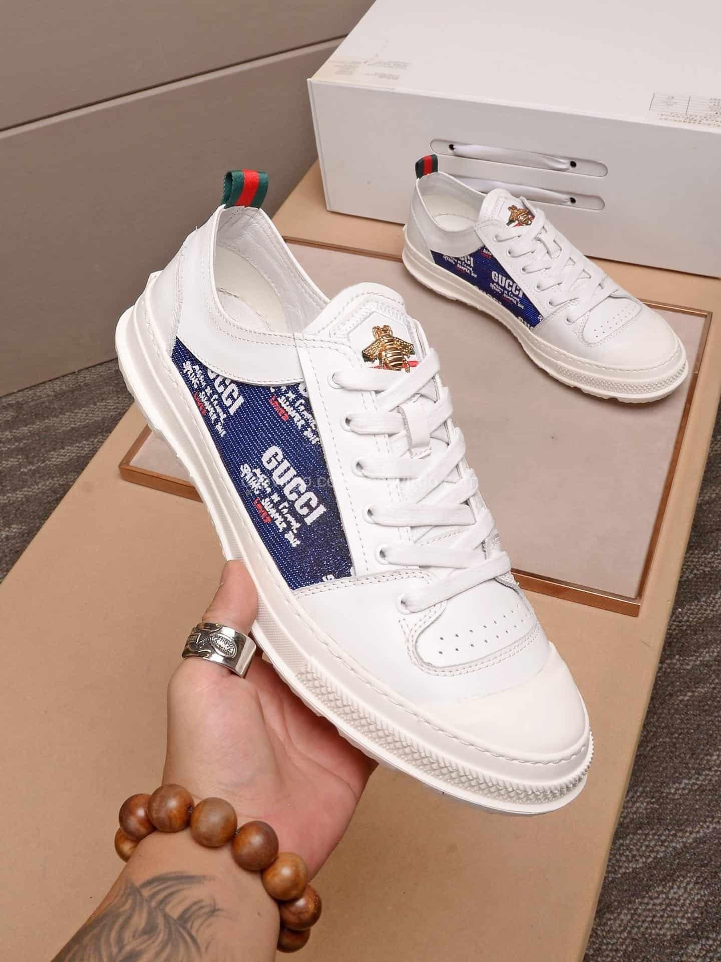 Giày gucci trắng lưng màu xanh logo ong vàng
