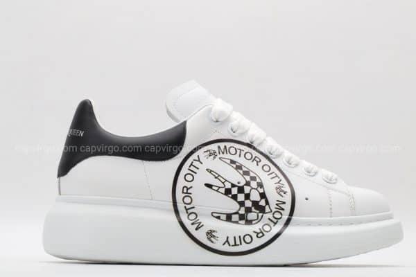 Giày McQueen trắng gót đen biểu tượng moto oity