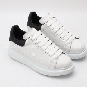 Giày McQueen màu trắng gót đen hoạt tiết kim sa