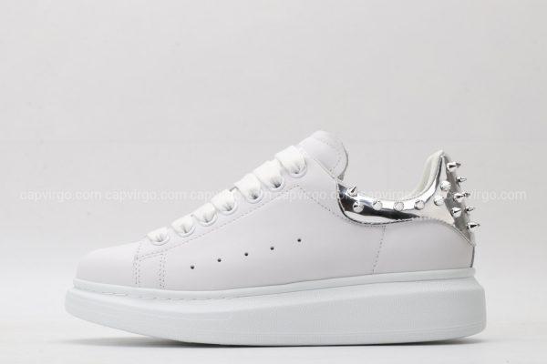 Giày McQueen trắng gót bạc họa tiết đinh nhọn