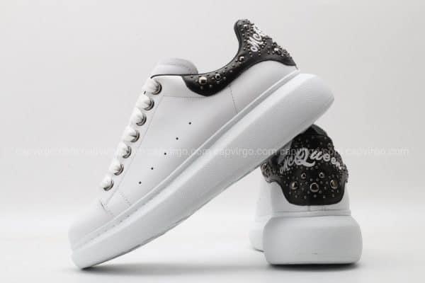 Giày McQueen màu trắng gót đen họa tiết đinh tán nhỏ