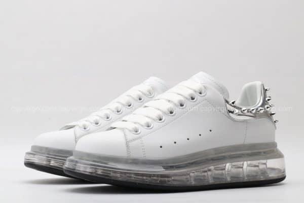 Giày McQueen đế hơi màu trắng gót đinh tán