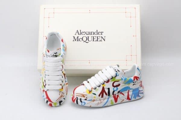 Giày McQueen trắng họa tiết hoa văn icon biểu tượng mũi tên