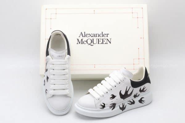 Giày McQueen siêu cấp trắng gót đen họa tiết chim én
