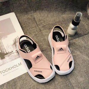 Sandal adidas trẻ em màu hồng