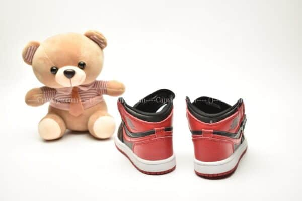 Giày trẻ em Jordan1 Retro High OG đen đỏ swoosh đỏ