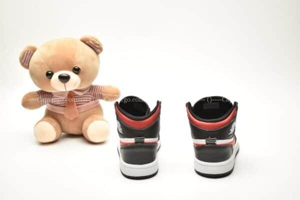 Giày trẻ em Jordan1 Retro High OG đen trắng swoosh đỏ