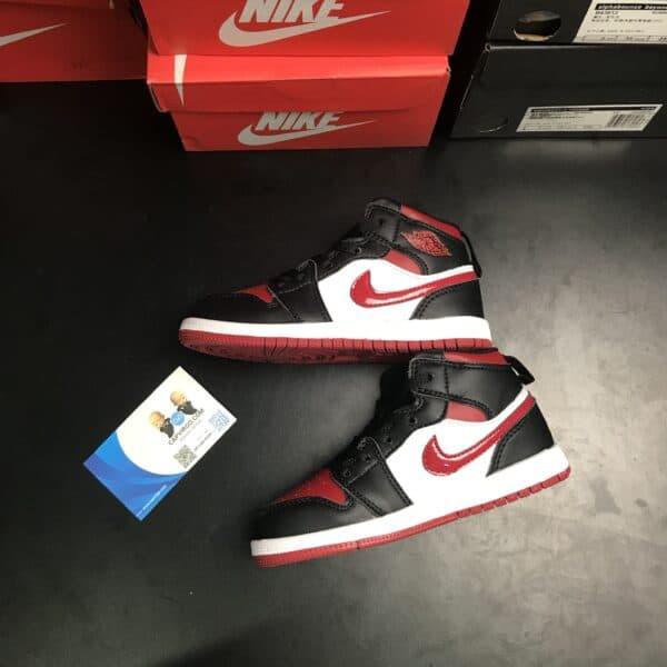 Giày trẻ em Air Jordan 1 Mid màu đen logo đỏ
