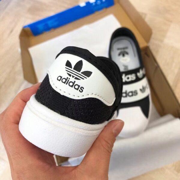 Giày adidas slip on trẻ em màu đen trắng