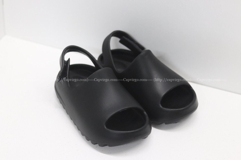 Dép adidas Yeezy màu đen có quai dán
