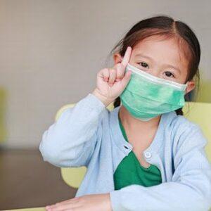 Hướng dẫn bố mẹ đeo khẩu trang cho bé phòng dịch COVID-19