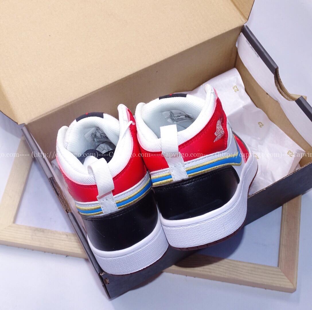 Giày air Jordan 1 trẻ em màu đỏ trắng logo xanh